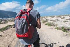 供以人员骑在La Graciosa,加那利群岛,西班牙的一辆自行车 图库摄影