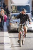供以人员骑马自行车和谈话在电话 免版税库存照片