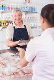 供以人员给一条白色三文鱼costomer 免版税库存图片