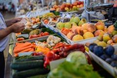 供以人员购买新鲜的水果和蔬菜在开放 免版税库存照片