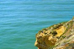 供以人员从壮观的岩层的渔在阿尔加威海岸 库存图片