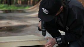 供以人员钻子从木头的钉子物品在skatepark 影视素材