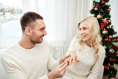 供以人员给定婚戒指圣诞节的妇女 免版税图库摄影