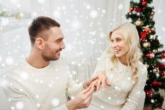 供以人员给定婚戒指圣诞节的妇女 库存图片