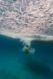 供以人员从小船的自由潜水在珊瑚礁在Hol Ch中 库存图片