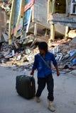 供以人员从房子搬出在地震灾害以后 库存图片