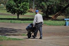 供以人员去掉在独轮车的垃圾 免版税库存图片