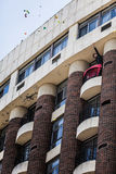 供以人员从他的阳台的投掷的纸鼓励抗议者 免版税库存照片