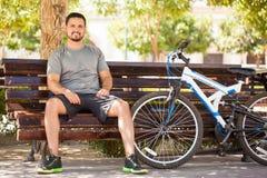 供以人员从行使的休假在他的自行车 免版税库存图片