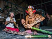 供以人员Mentawai部落食物为家庭做准备 库存照片