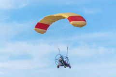 供给动力的纵排巴拉滑翔机飞行 库存图片