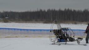 供给动力的滑翔伞翼检查先开始 影视素材
