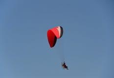 供给动力的滑翔伞 免版税库存图片