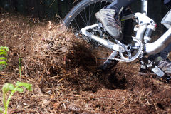 供给动力通过角落的山骑自行车的人 库存图片