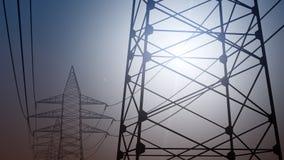 供给定向塔和导线动力反对无云的天空, 3D翻译 免版税库存图片