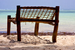 供以座位桑给巴尔海岸线的12月海 库存图片