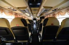 供以座位现代城市公共汽车的后部的地方 免版税库存照片