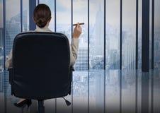 供以座位的女商人抽烟的雪茄和看蓝色窗口 库存照片