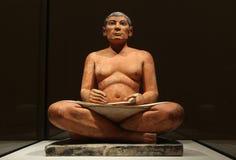 供以座位的抄写员的著名埃及雕象 库存图片