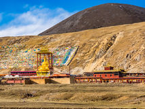 供以座位的菩萨雕象看法在Si的佛教西藏修道院里 库存照片
