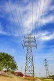 供给设施动力在蓝天和白色云彩下 免版税库存照片