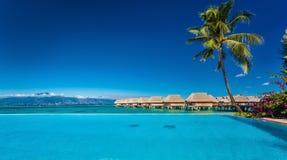 依靠与无限游泳池和海滩, Moorea海岛, 免版税库存照片