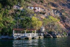 依靠在湖Atitlan岸在危地马拉 免版税库存图片