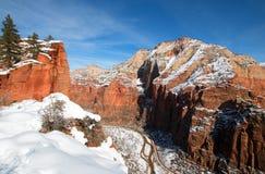 从侦察员监视的冬天视图在登陆供徒步旅行的小道的天使在锡安国家公园在犹他 免版税库存图片