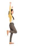 侧视图亚洲妇女跳跃 免版税库存图片