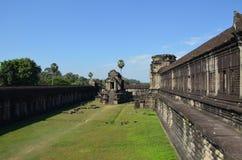 侧视图其中一个在吴哥,柬埔寨古庙复合体的吴哥窟大厦  库存图片