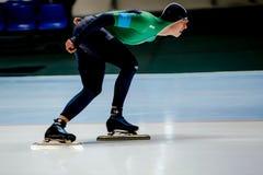 侧视图年轻人运动员速度溜冰者 免版税库存图片