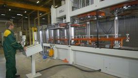 侧视图操作员站立在桶生产线路控制的盘区 影视素材
