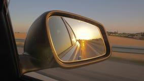 侧视图汽车镜子的特写镜头在日落的 股票录像