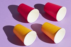 侧视图照片,四红色和黄色杯子 免版税图库摄影