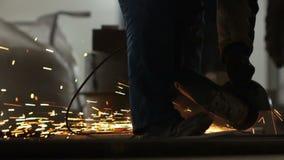 侧视图熟练工锯在火花阵雨的金属 股票录像