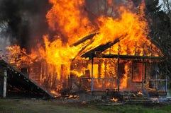 侧视图燃烧的房子火焰前峰视图 免版税库存照片