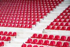 侧视图红色体育场位子 免版税图库摄影