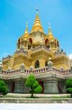 侧视图金子泰国的stupa relegion 免版税库存照片