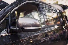 侧视图镜子和豪华汽车侧视图  免版税库存图片