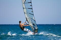 侧视图风帆冲浪者年轻人 库存照片