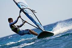 侧视图风帆冲浪者年轻人 图库摄影