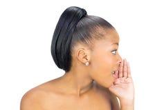 侧视图黑人妇女耳语 免版税库存照片