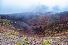 侧面滚筒形的火山口的鸟瞰图埃特纳火山火山的火山口一 库存图片