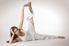 侧面parsvottana姿势端舒展女子瑜伽 免版税库存照片