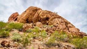 侵蚀和洞造成的镇压在Papago红砂岩小山在菲尼斯亚利桑那附近停放 免版税库存照片