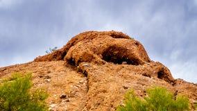 侵蚀和洞造成的镇压在Papago红砂岩小山在菲尼斯亚利桑那附近停放 免版税库存图片