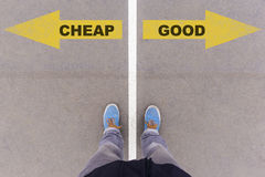 便宜地对在沥青地面、脚和鞋子的好文本箭头在f 免版税库存图片