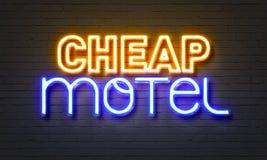便宜的在砖墙背景的汽车旅馆霓虹灯广告 免版税图库摄影