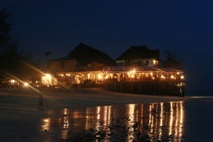 便宜的观光的旅馆晚上光在桑给巴尔海岛上的  库存图片