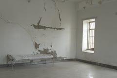轻便小床在空的屋子里 免版税库存图片